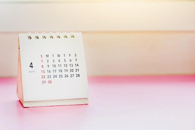Calendario de apirl 2018 en la mesa con gradiente