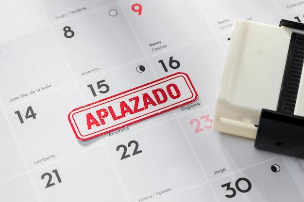Calendario con concepto de fecha pospuesta