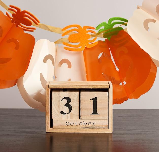 Calendario de cubos de madera con fecha 31 de octubre