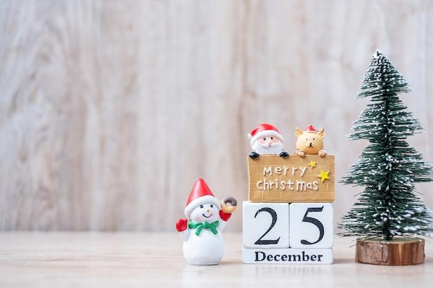 Calendario de diciembre con adornos navideños
