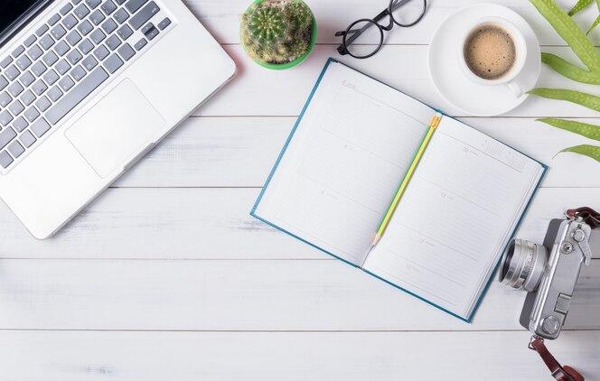 Calendario en blanco con computadora y café