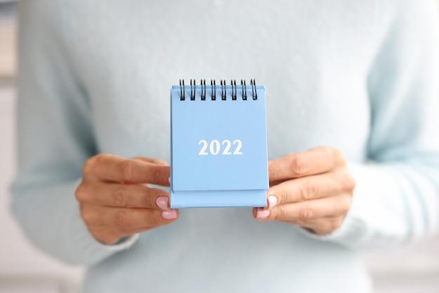 Calendario de escritorio azul para planificar tareas comerciales para el concepto del próximo año