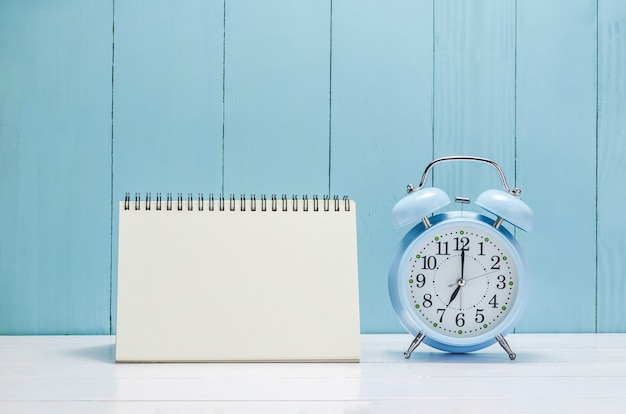 Calendario de escritorio en blanco con despertador vintage