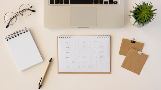 Calendario de escritorio plano con planta suculenta