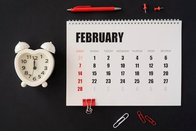 Calendario de escritorio plano sobre fondo oscuro