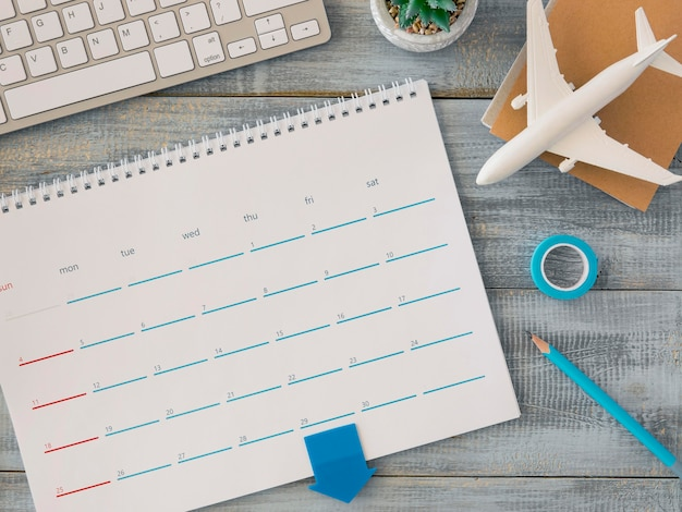 Calendario de escritorio de vista superior con avión de juguete