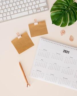 Calendario de escritorio de vista superior y hoja de monstera