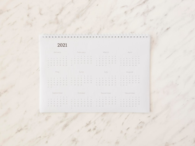 Calendario de escritorio de vista superior en mármol