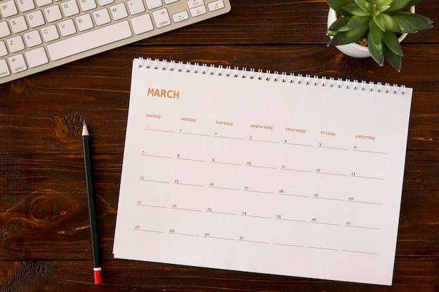 Calendario de escritorio de vista superior en mesa de madera