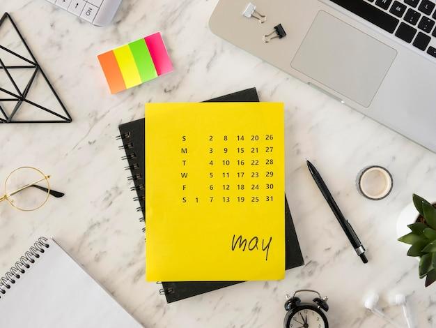 Calendario de escritorio de vista superior y notas adhesivas