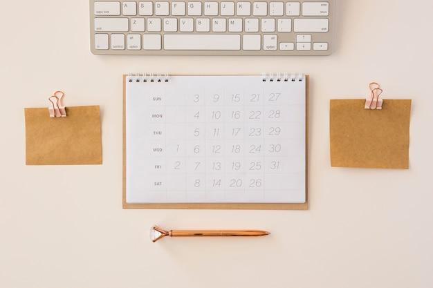 Calendario de escritorio de vista superior y notas de memoria