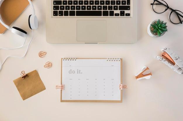 Calendario de escritorio con vista superior y varios accesorios