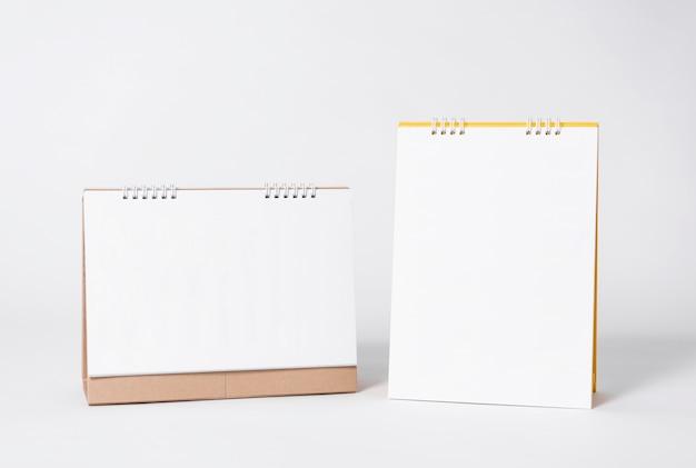 Calendario espiral de papel en blanco para la publicidad de la plantilla de la maqueta y el fondo de la marca.