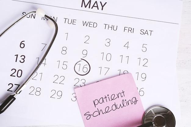 Calendario y estetoscopio.