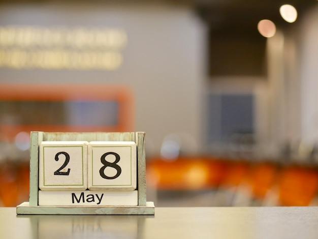 Calendario en forma de cubo de madera para mayo 28