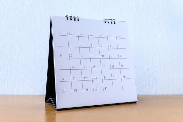 Calendario genérico con días en mesa de madera
