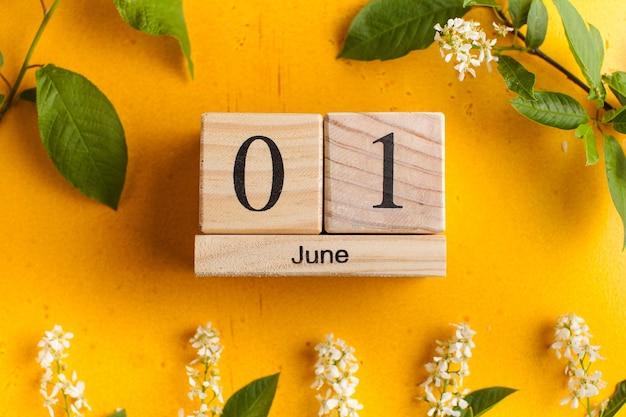 Calendario junio en amarillo con flores.