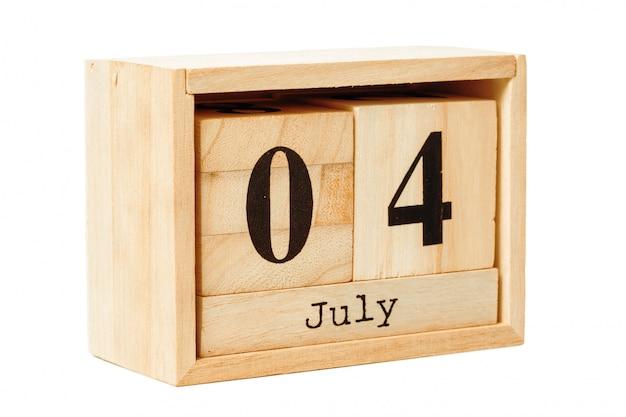 Calendario de madera aislado en blanco