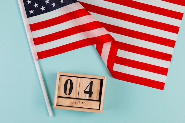 Calendario de madera con bandera americana.