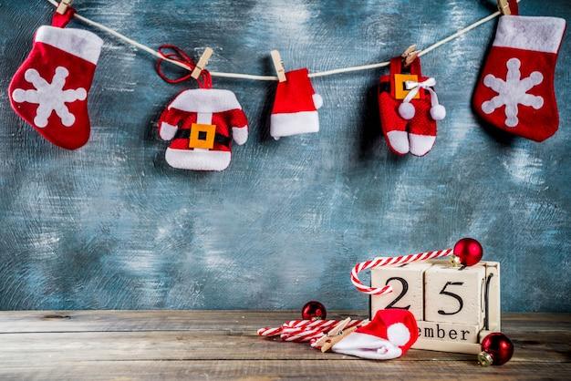 Calendario de madera de estilo retro bastón de caramelo y ropa de santa