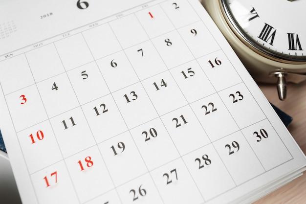 Calendario en mesa de madera