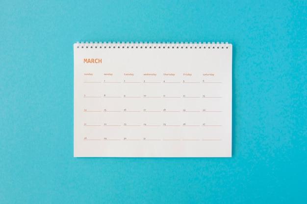 Calendario minimalista de papelería de vista superior.