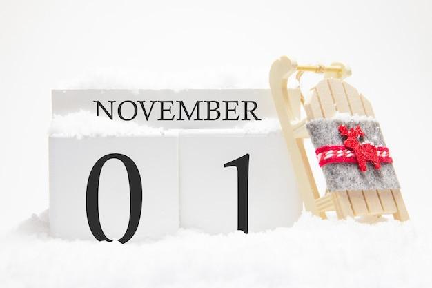 Calendario de otoño hecho de cubos de madera con fecha del 1 de noviembre.