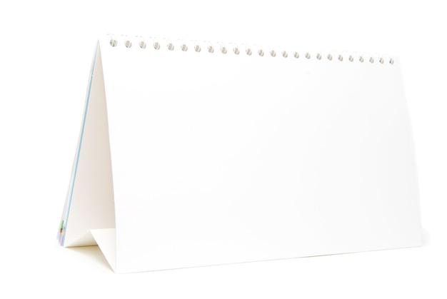 Calendario de papel aislado sobre fondo blanco.