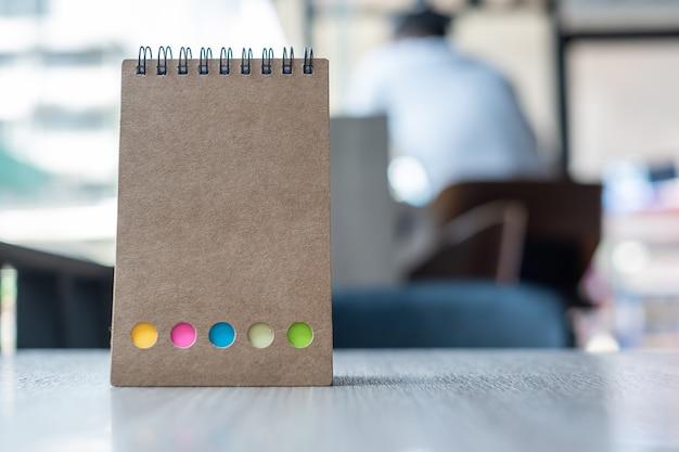 Calendario de papel en blanco o plantilla de cuaderno vacío