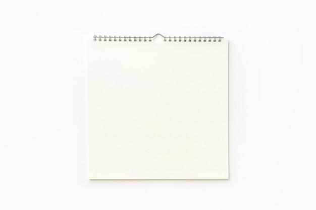 Calendario de pared en blanco sobre fondo blanco.