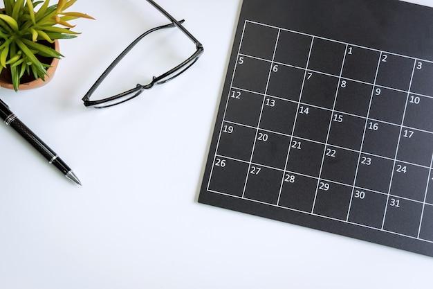 Calendario de planificación en la oficina de escritorio de negocios, vista superior