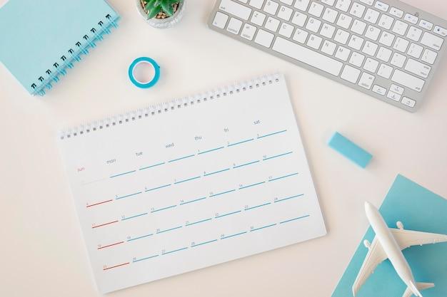 Calendario planificador plano con accesorios azules