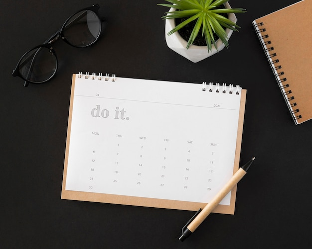Calendario planificador plano laico sobre fondo oscuro
