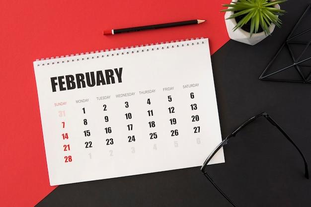 Calendario planificador sobre fondo rojo y negro