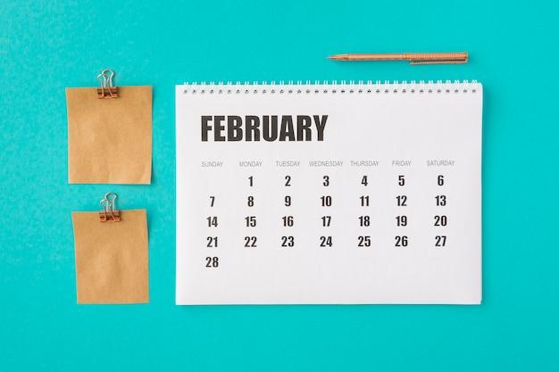 Calendario planificador de vista superior y notas de memoria en papel