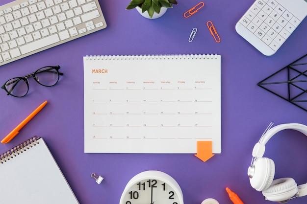 Calendario plano con artículos de papelería