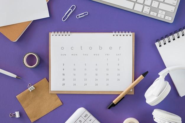 Calendario plano con varios accesorios.
