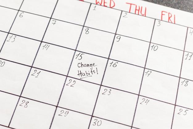 Calendario de primer plano con mala marca de hábito