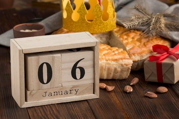 Calendario y sabroso pastel de epifanía feliz