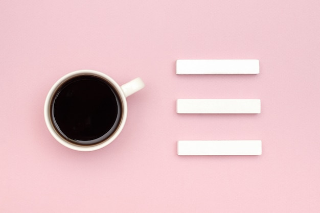 Calendario de tres cubos en blanco mock up tamplate para la fecha del calendario, taza de café