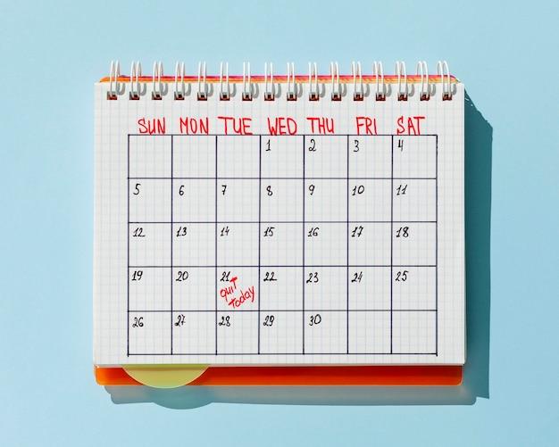 Calendario de la vista superior con el mensaje para salir hoy
