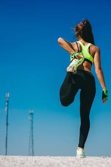Calentamiento de mujer corredor antes de correr
