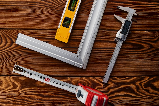 Calibrador a vernier electrónico, vista superior. instrumento profesional, equipo de carpintero o constructor, herramientas de medición.