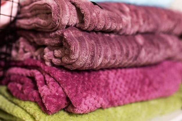 Cálidas y acogedoras mantas de felpa suaves dobladas en una pila