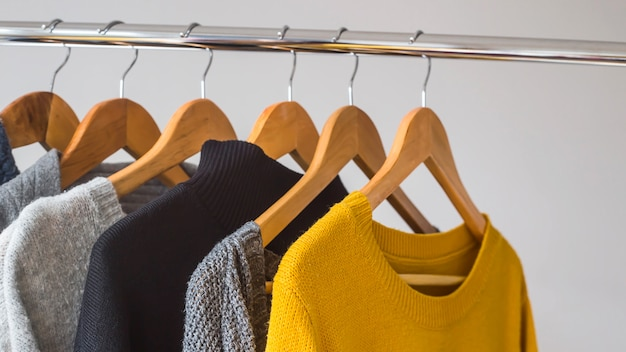 Cálidas prendas femeninas para otoño e invierno en colores básicos oscuros con amarillo.