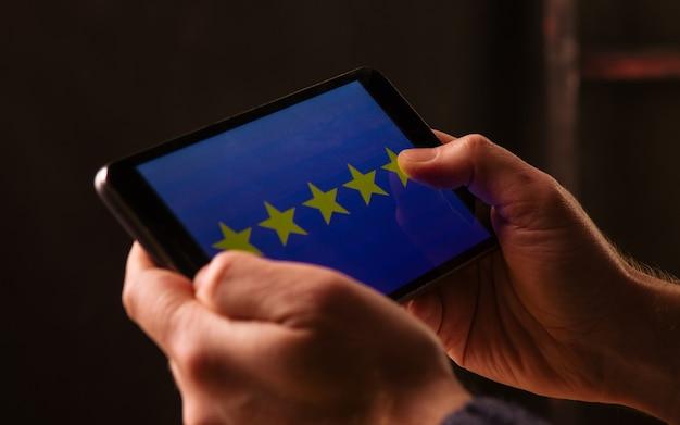 Calificación de 5 estrellas o revisión en encuestas, sondeos, cuestionarios o investigaciones de satisfacción del cliente