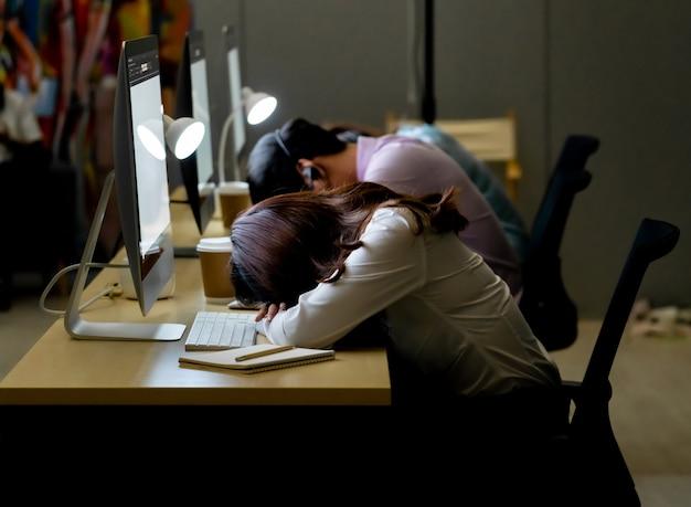 Call center equipo noche trabajando siesta.