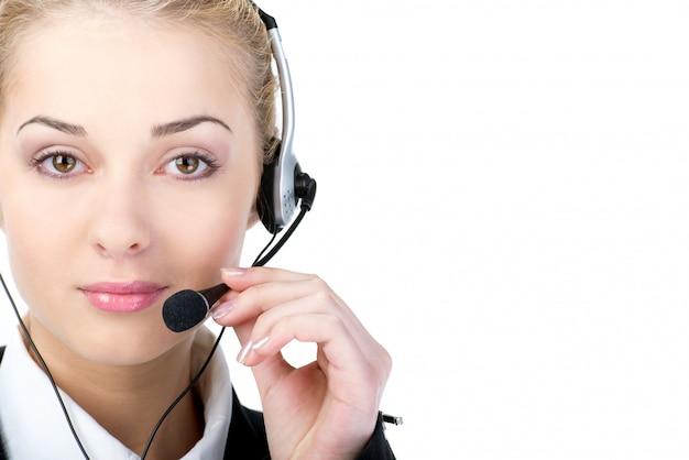 Call center operador sonriente con auricular de teléfono.