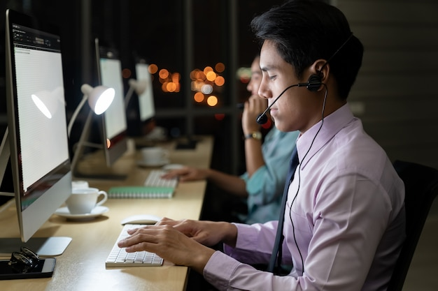 Call center trabajando duro por la noche.