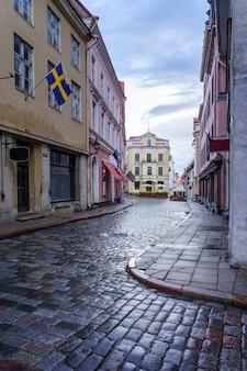 Calle adoquinada medieval después de la lluvia con reflejos en la calle. estonia tallin.